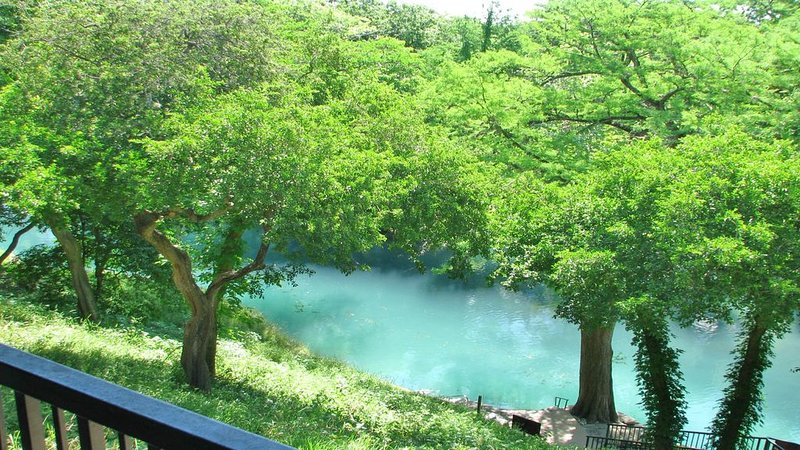 THE FLOAT INN 7 RIVER CONDO, Next to SCHLITTERBAHN., holiday rental in New Braunfels