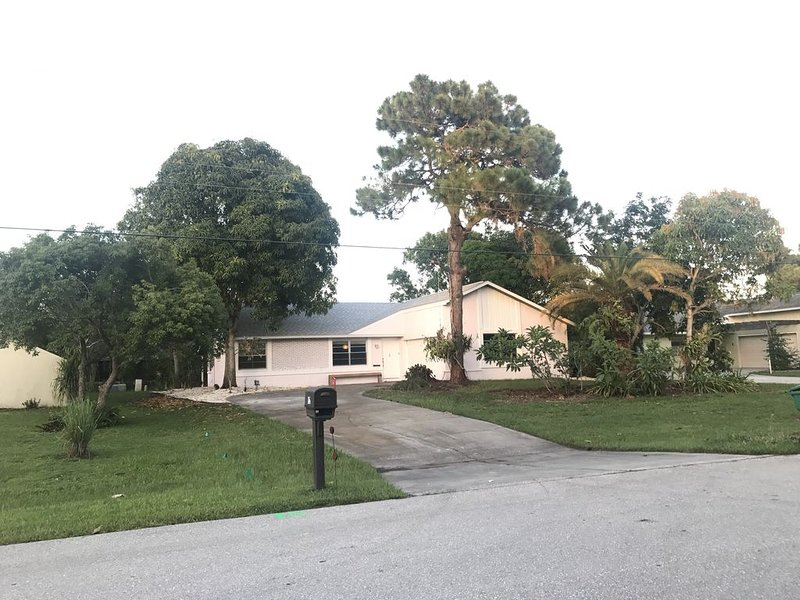 Feb. and March 2021 just freed up Quiet, Spacious, 5 min drive to Boca Grande,, holiday rental in Rotonda West