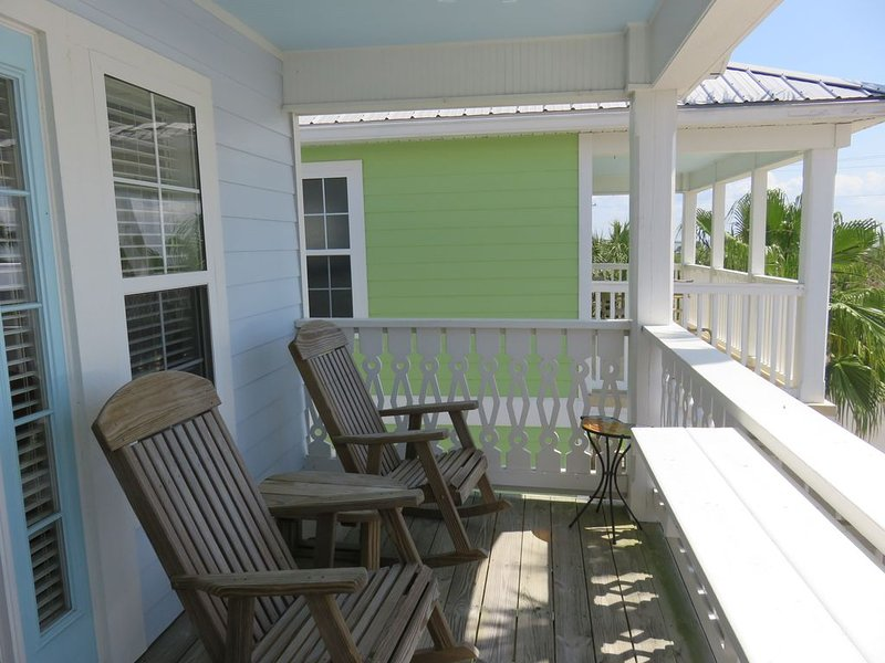 Island Oasis - Top Floor Apartment in Downtown Cedar Key with Gulf Views!, vacation rental in Cedar Key