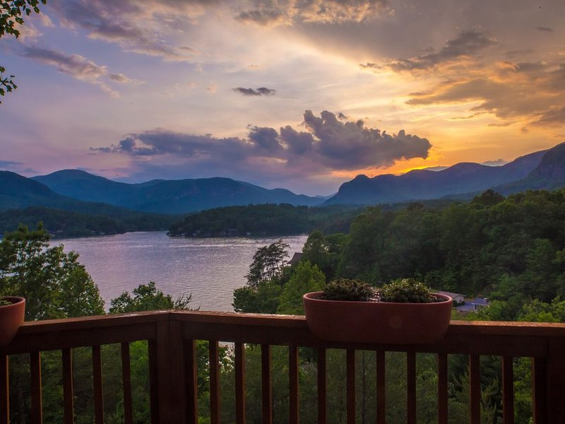 Spectacular views from spacious, modern lake front home with boathouse – semesterbostad i Lake Lure