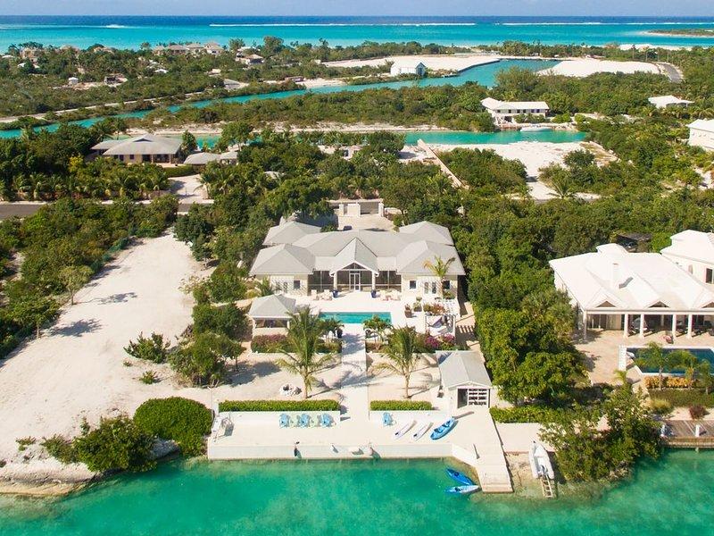Villa Cariad, beautiful pool, luxury for 8, kayaks, SUPs on Leeward Canal!!, alquiler de vacaciones en Leeward