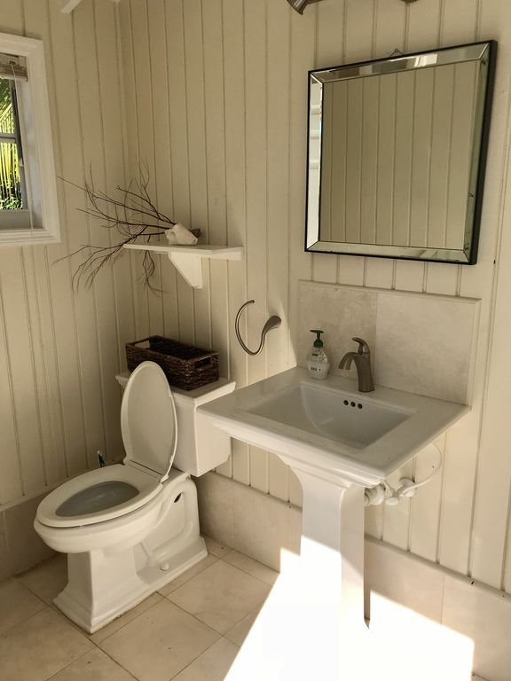 Los baños exteriores son convenientes tanto para la zona de la piscina como para el muelle