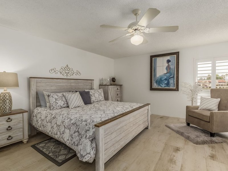 ALL 5-STAR reviews!  Lakefront King + Queen beds+ huge cnr balcony, alquiler de vacaciones en Phoenix