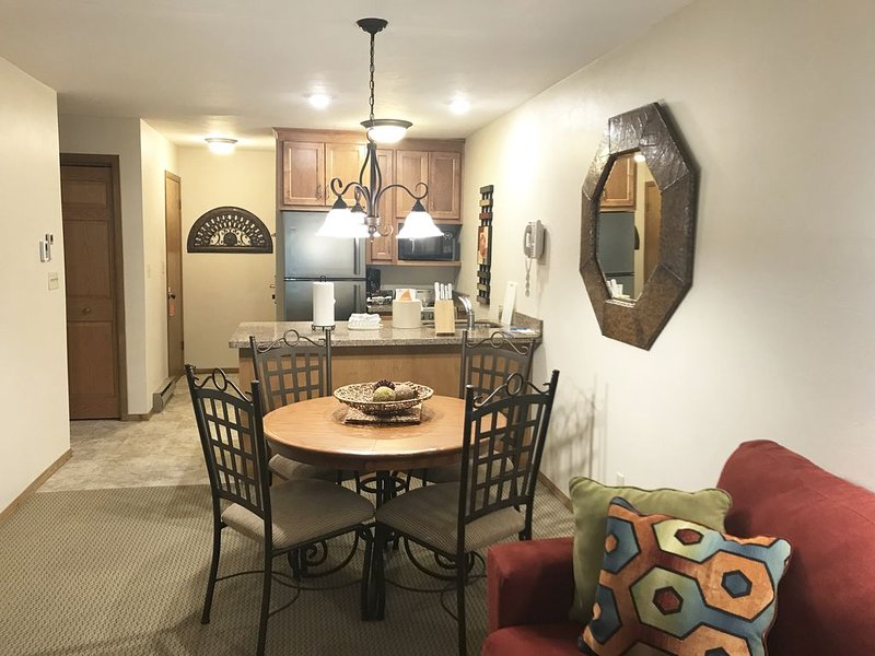 Modern, newly updated condo in scenic Egg Harbor! Heart of Door County!, location de vacances à Egg Harbor