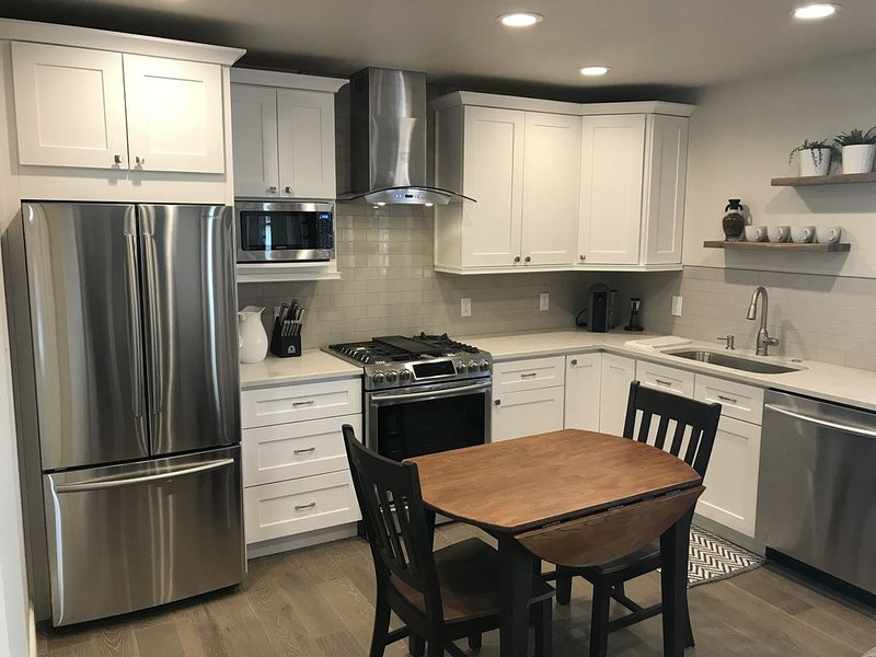 Stunning, Brand New, One-Bedroom Apartment. Steps from Denver City Park!, holiday rental in Denver
