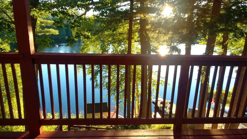 Magical Lakefront Home on Forest Lake, alquiler de vacaciones en Harrisville