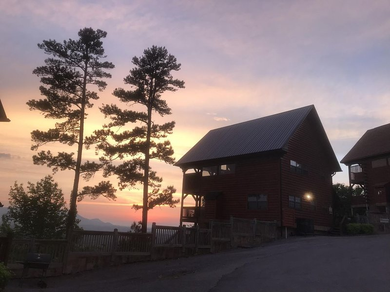 OUR SPECTACULAR VIEW Cabin, Starr Crest Resort, Pigeon Forge, AMAZING Location!, alquiler de vacaciones en Sevierville