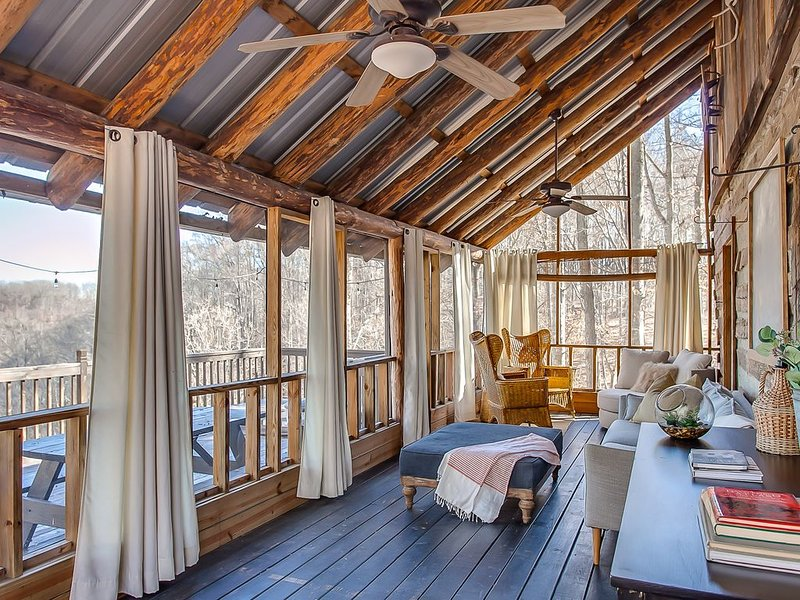 2 Lux Cabins and Treehouse on 50 acres Stunning Lake Views, Fire Pit and Hot Tub, holiday rental in Silver Point