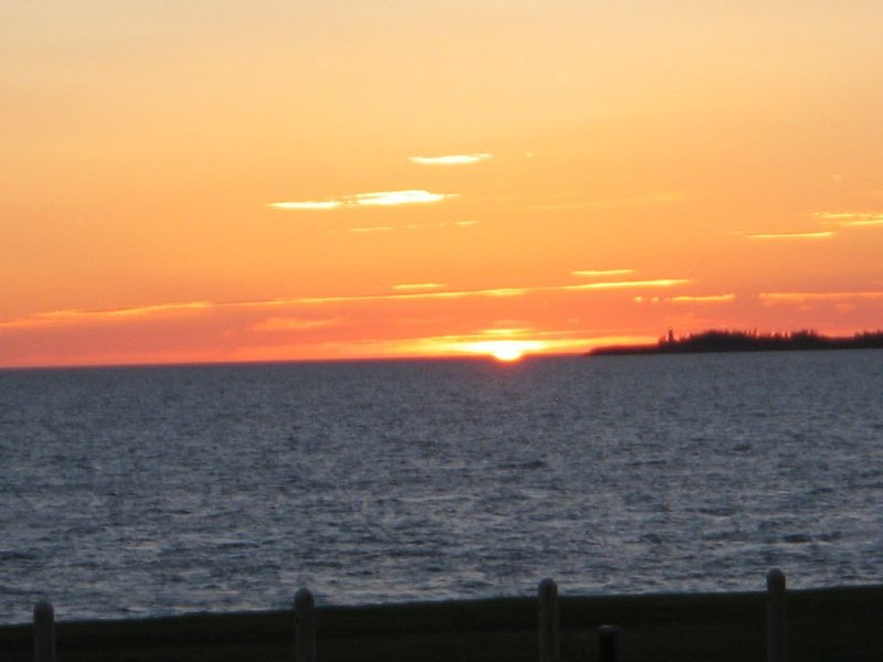 3 Bedroom 2 full bath Beach House - Amazing views and Sunsets!, holiday rental in Summerside