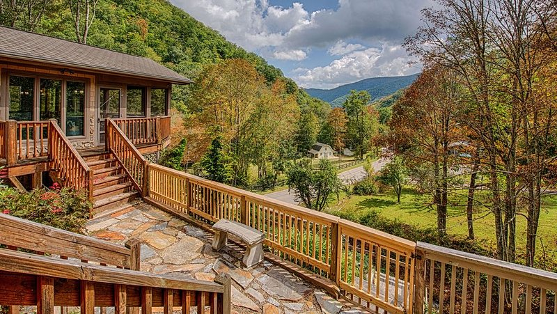 Book Now for 2020 ~ Luxury Lodge ~ Creek & Mountain View, vakantiewoning in Maggie Valley