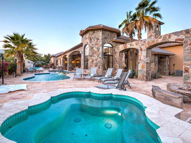 True Scottsdale Luxury with 2 Pools, Chipping Green, and Movie Theater!, alquiler de vacaciones en Scottsdale