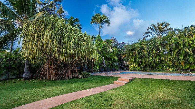 Hawaiian Luxury Villa in High-end Neighborhood With Lush Yard, Pool, Wifi & BBQ, holiday rental in Hawaii Kai