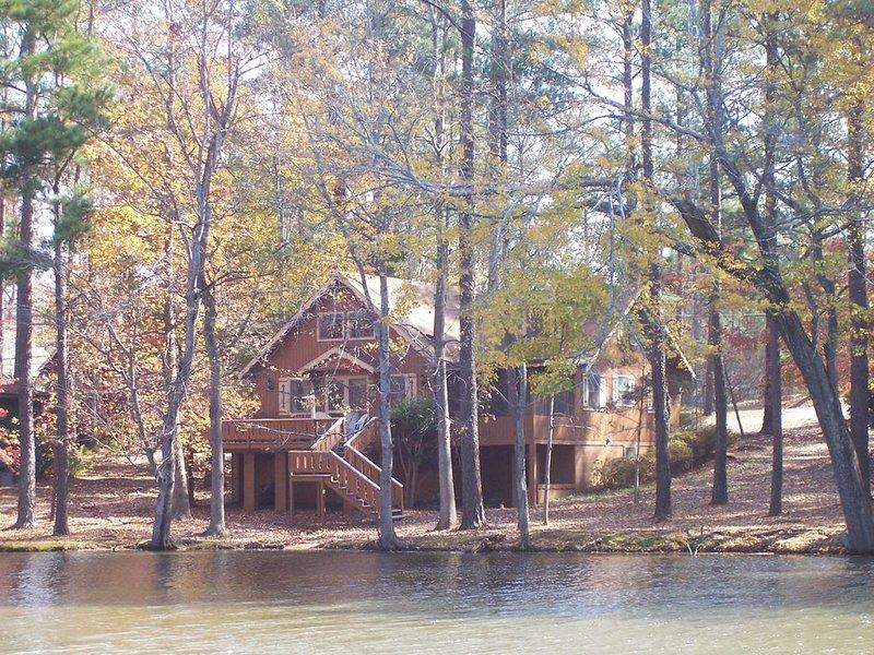 Spacious Lakefront Chalet Near Callaway Gardens & Roosevelt State Park, aluguéis de temporada em Pine Mountain Valley