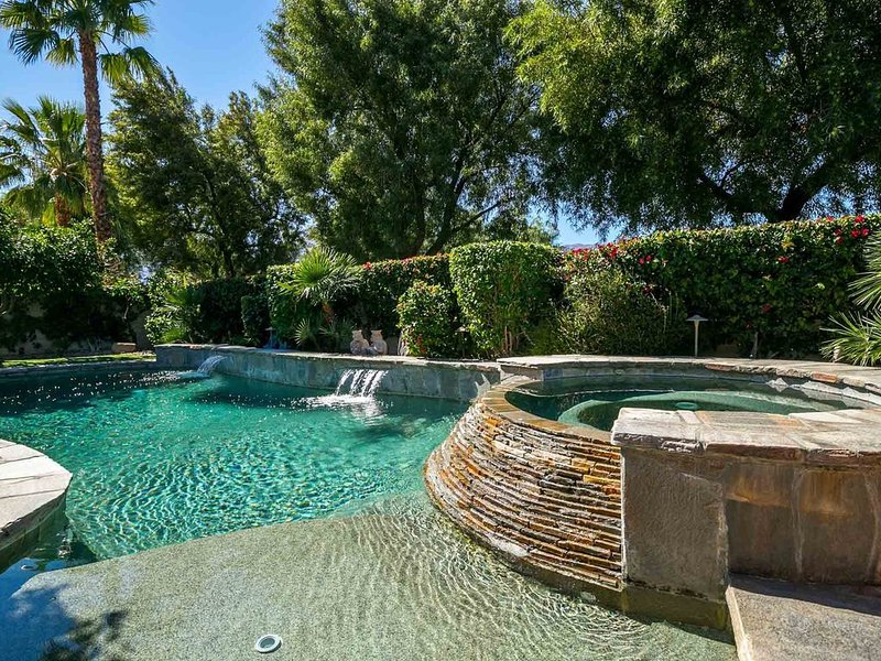 3 Bed Desert Retreat w/ Private Saltwater Pool, Hot Tub, Fire Pit & Mtn Views, holiday rental in La Quinta
