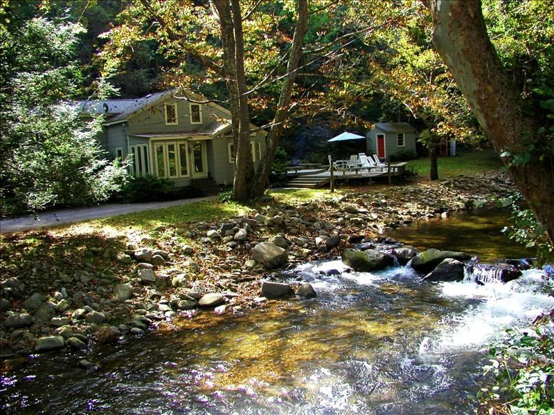 Waterfront Retreat on the Piney River.  Relaxing Blue Ridge Mountain, holiday rental in Montebello