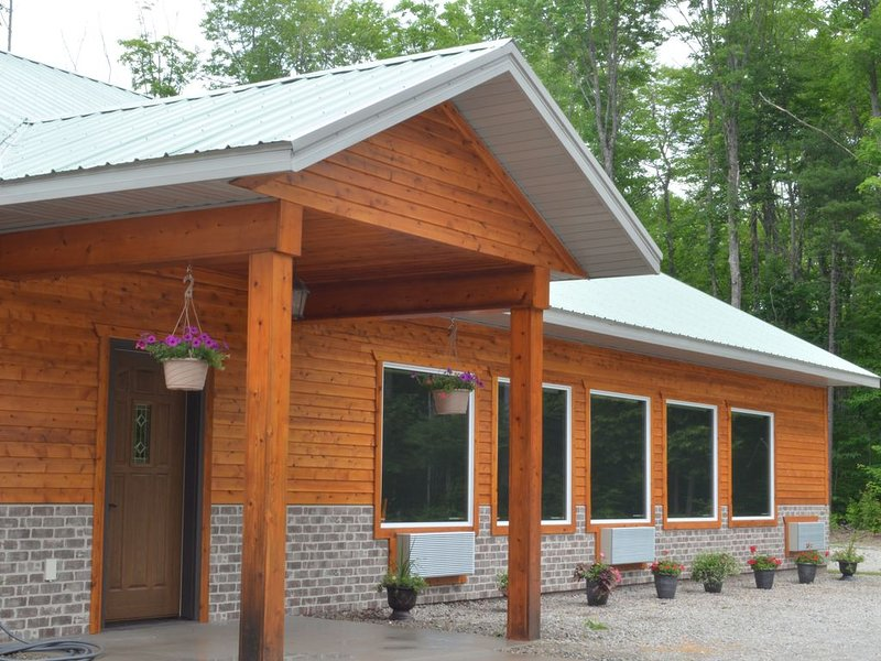 located 15 minutes from Munising/ On Snowmobile/ ATV Trail, Ferienwohnung in Shingleton