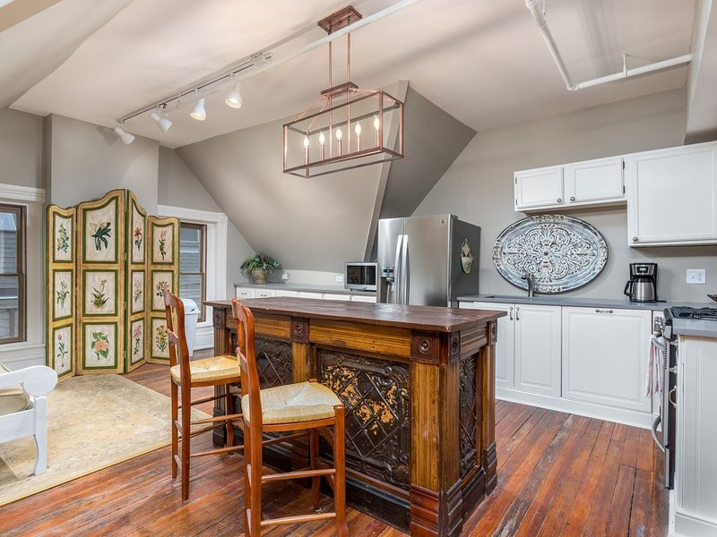 2/1 Penthouse of Historic Mansion Overlooking Downtown KC, location de vacances à Kansas City