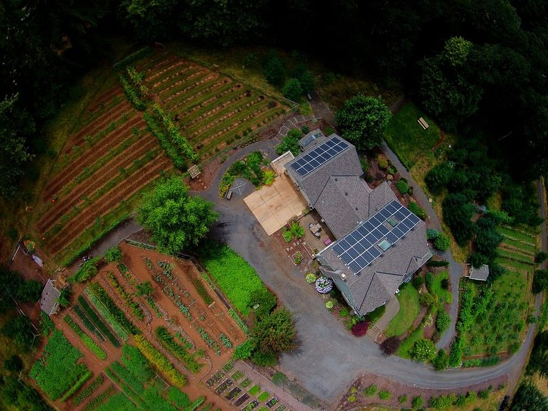 Farm Stay Nestled in the Red Hills Wine Country, alquiler de vacaciones en Yamhill