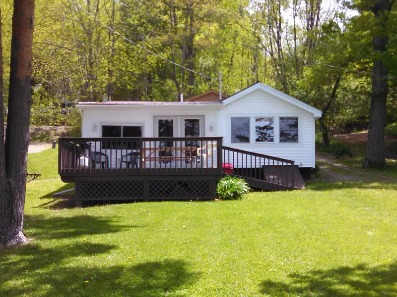Beautiful Lake Front Cottage, holiday rental in Swain