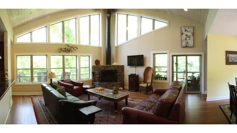 Luxury in the Woods - just 6 miles from downtown Asheville, holiday rental in Asheville