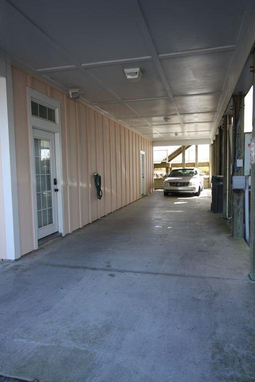Parkeren voor 3 tot 4 auto's onder huis & overloop aan de overkant.