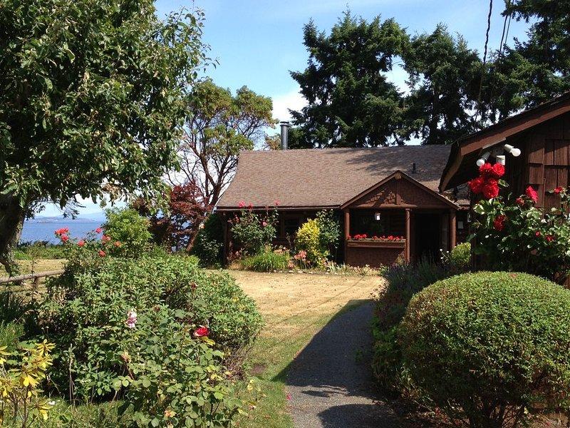 Charming waterfront cottage in Lantzville!, holiday rental in Lantzville