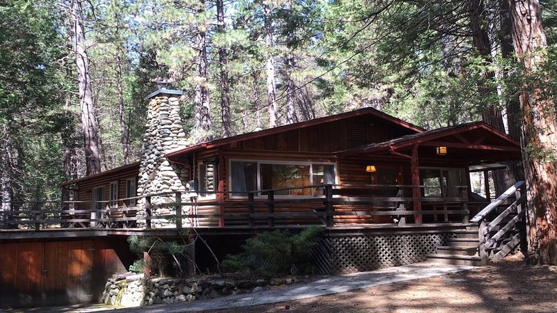 Log Cabin Nestled in the Pine Trees in Yosemite National Park, aluguéis de temporada em Wawona