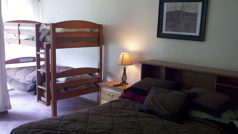Habitaciones de cama grandes y luminosas. Camas tamaño queen y literas junto a grandes ventanales.
