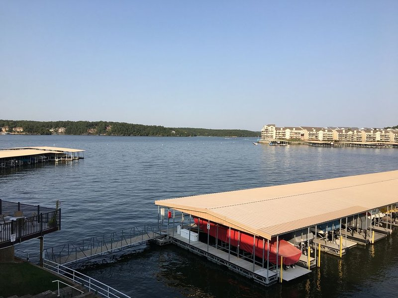 Water Front*No Steps Entry*1 Bed/1Bath Condo*Sleeps 4*Boat Slip Available, vacation rental in Osage Beach