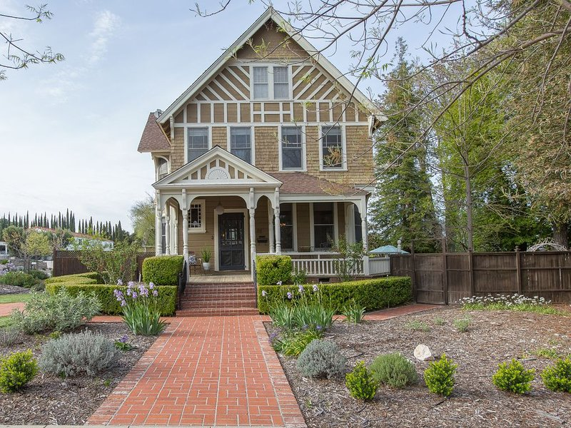 STOWELL HOUSE - Historical charmer steps from downtown, casa vacanza a Paso Robles