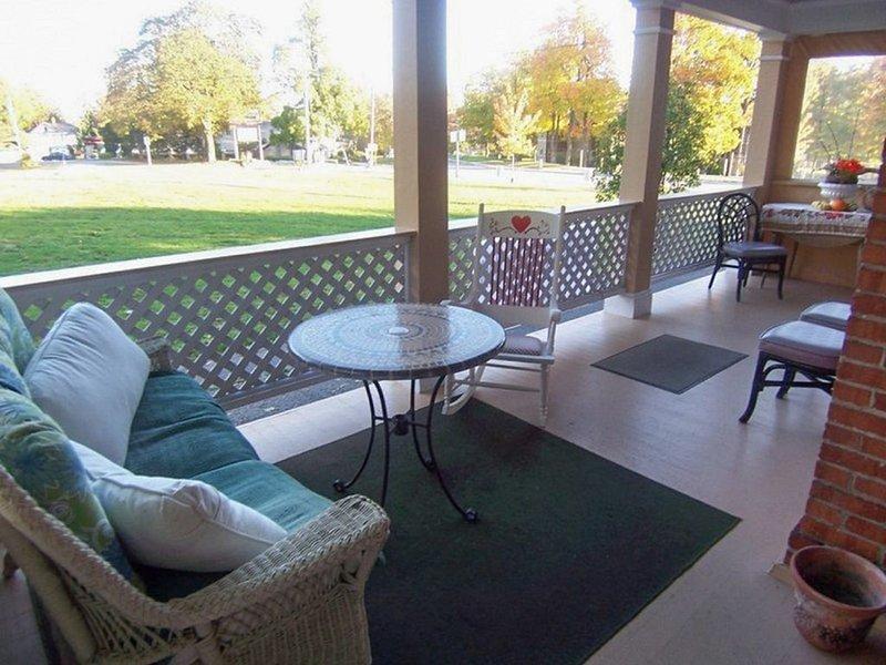 DOWNTOWN LAKE GENEVA 4 BR/4 BA House sleeps 15, casa vacanza a Twin Lakes