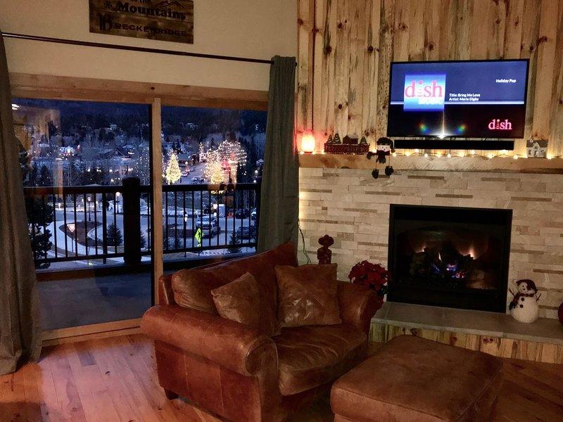 Salon avec vue sur Blue River Plaza et lumières