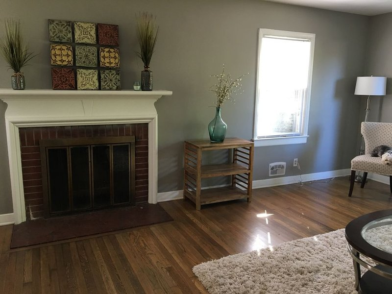 Charming and cozy home within 1.5 miles from Duke East Campus & Downtown Durham, location de vacances à Durham