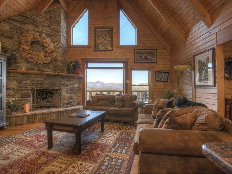 Spacious Log Home -4 Miles to Downtown Boone, Hot Tub, Amazing Mountain Views!, vacation rental in Vilas