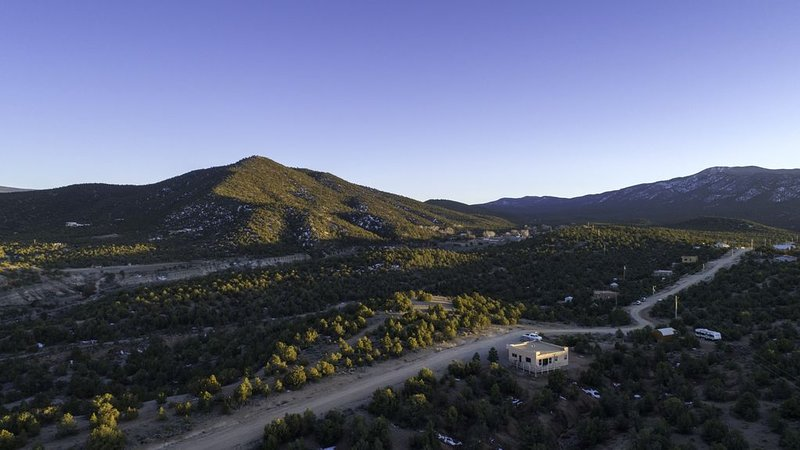 Quit & Private nestled in a Pinion and Juniper forest. Monthly rentals only., vacation rental in Carson