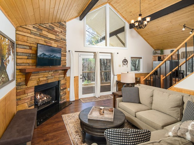 Romantic Couples Retreat!Mtn Views, FirePit W/Wood.Hottub, 33Mins To App Ski., holiday rental in Fleetwood