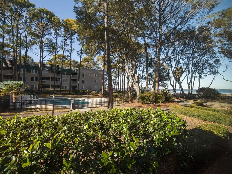 Serenity on The Sound ! Closest 1st FL-2B/2Ba Condo to the Beach and Pool !, location de vacances à Parris Island