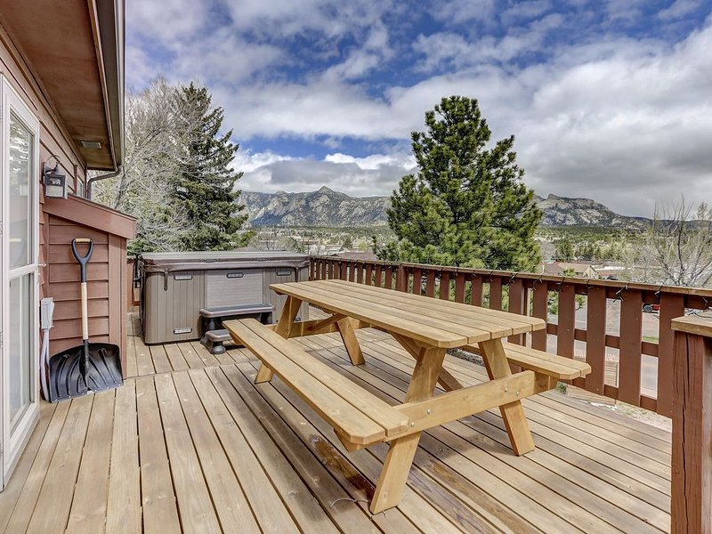Have it all! Amazing Location, Spectacular Views, Walk to Downtown and Hot tub, holiday rental in Estes Park
