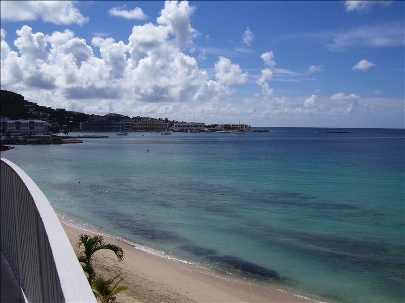 La vista desde su balcón captura tanto la bahía como los barcos que entran.