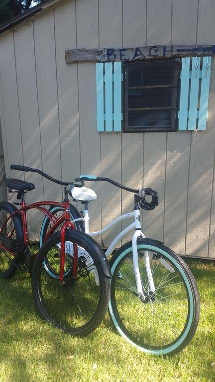 Er zijn 2 fietsen voor volwassenen en 2 kleine kinderen beschikbaar om door de stad te toeren