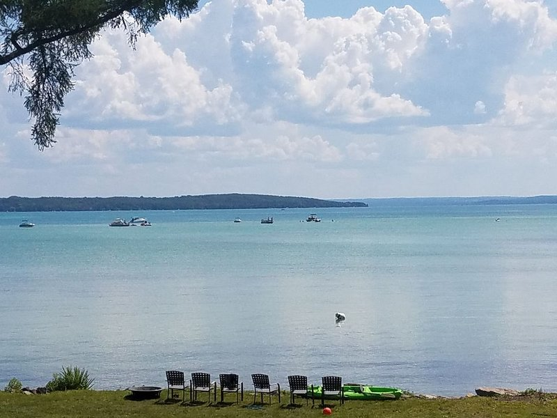 Amazing Sand Bar View! 1000 Sqft Deck ~ Kayaks / Paddleboards Included! ~ Games!, location de vacances à Kewadin
