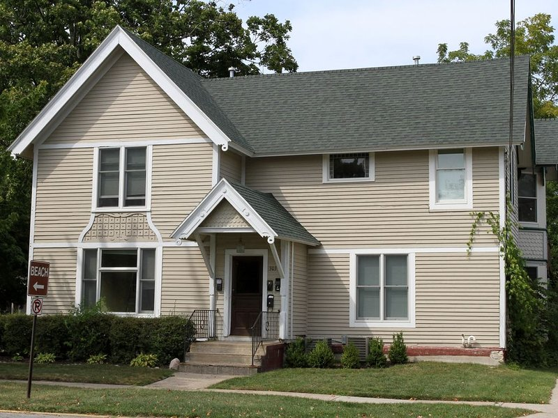 MICHIANA #2:  Two bedroom one bath in downtown South Haven!, casa vacanza a South Haven