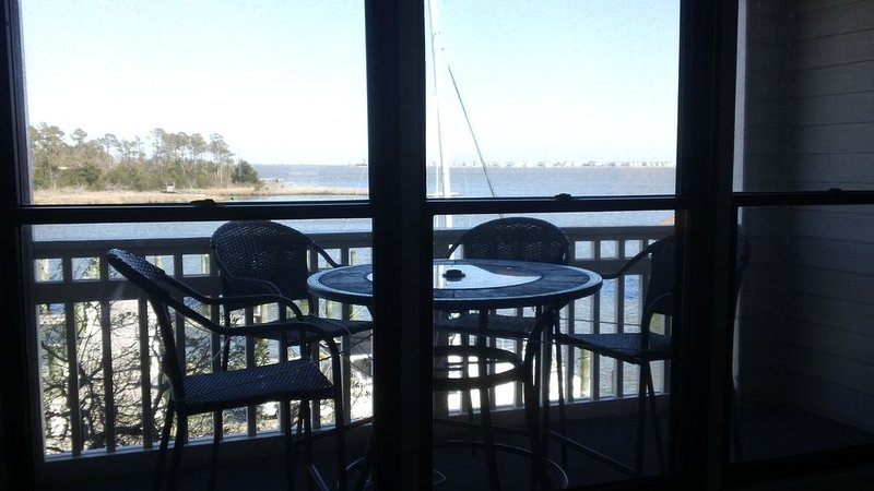 WATERFRONT Condo in Historic District Overlooks Manteo Harbor!, aluguéis de temporada em Roanoke Island