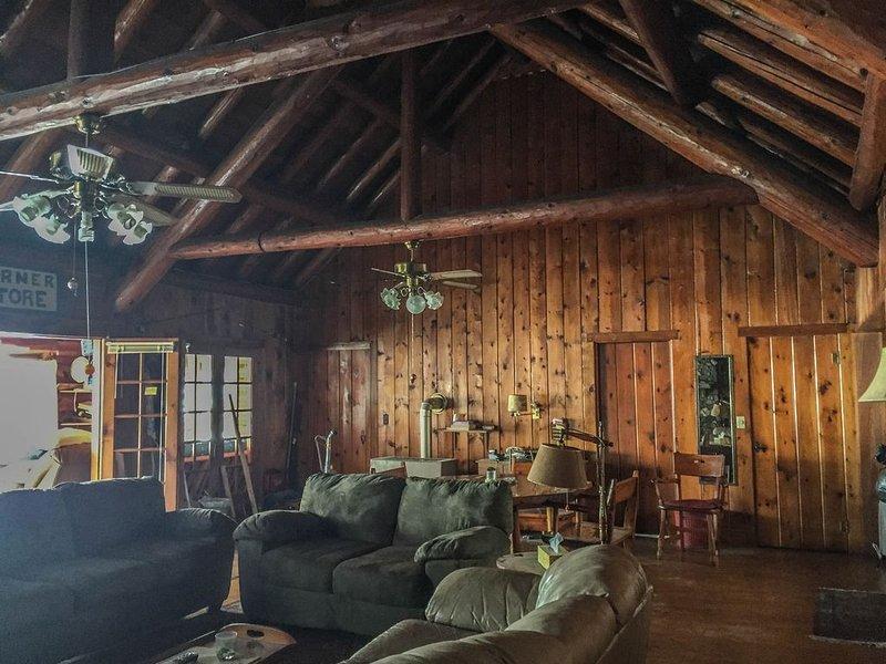 Beautiful Nostalgic lodge style log Cabin On Sullivan Lake. Free use of Pontoon, holiday rental in Vineland