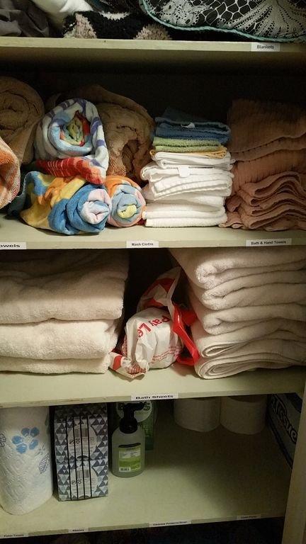 Armario para ropa blanca: completamente surtido con toallas, mantas, ropa, papel, etc.