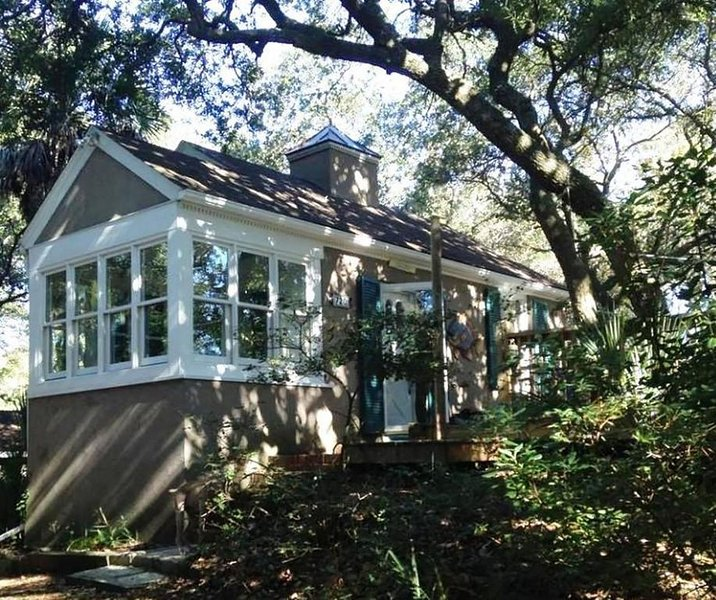 Romantic, cozy cottage nestled amongst live oaks & palms, a block from beach., location de vacances à Folly Beach