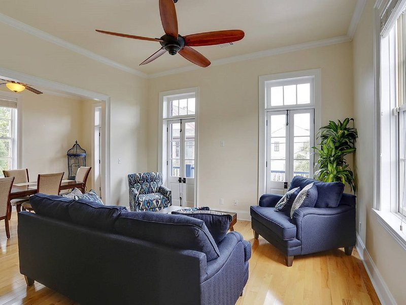 ★5 Star Home w/ Private Balcony  only 5 min to French Qtr!, location de vacances à Chalmette