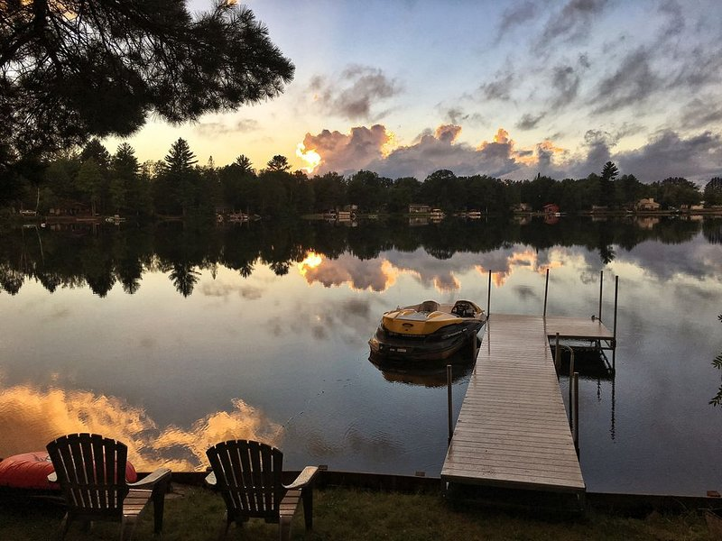 Waterfront Cottage on Private 'Farmer' Lake, Sleeps 10, Swim, Fish, Boat, ATV, holiday rental in Little Lake