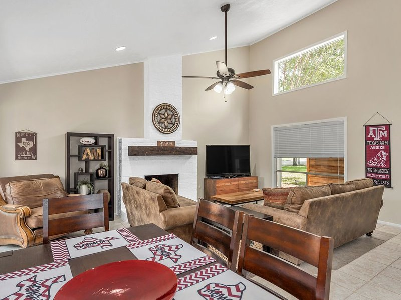 Midnight Yell Aggie Retreat-Modern/ Remodeled,<1 Mile Campus,Sleeps 12/�HGTV�, holiday rental in College Station