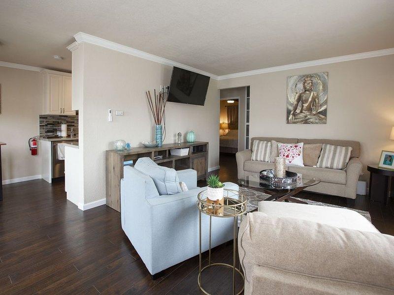 Amplia sala de estar con sofá cama queen